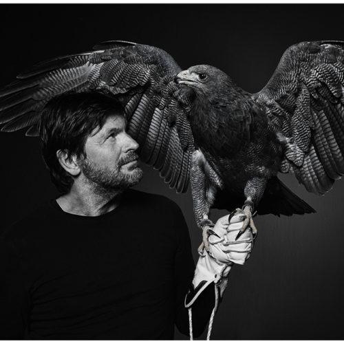 Fotograf Ralph Hargarten sachwarz weiss Portrait mit einem Adler auf der Hand
